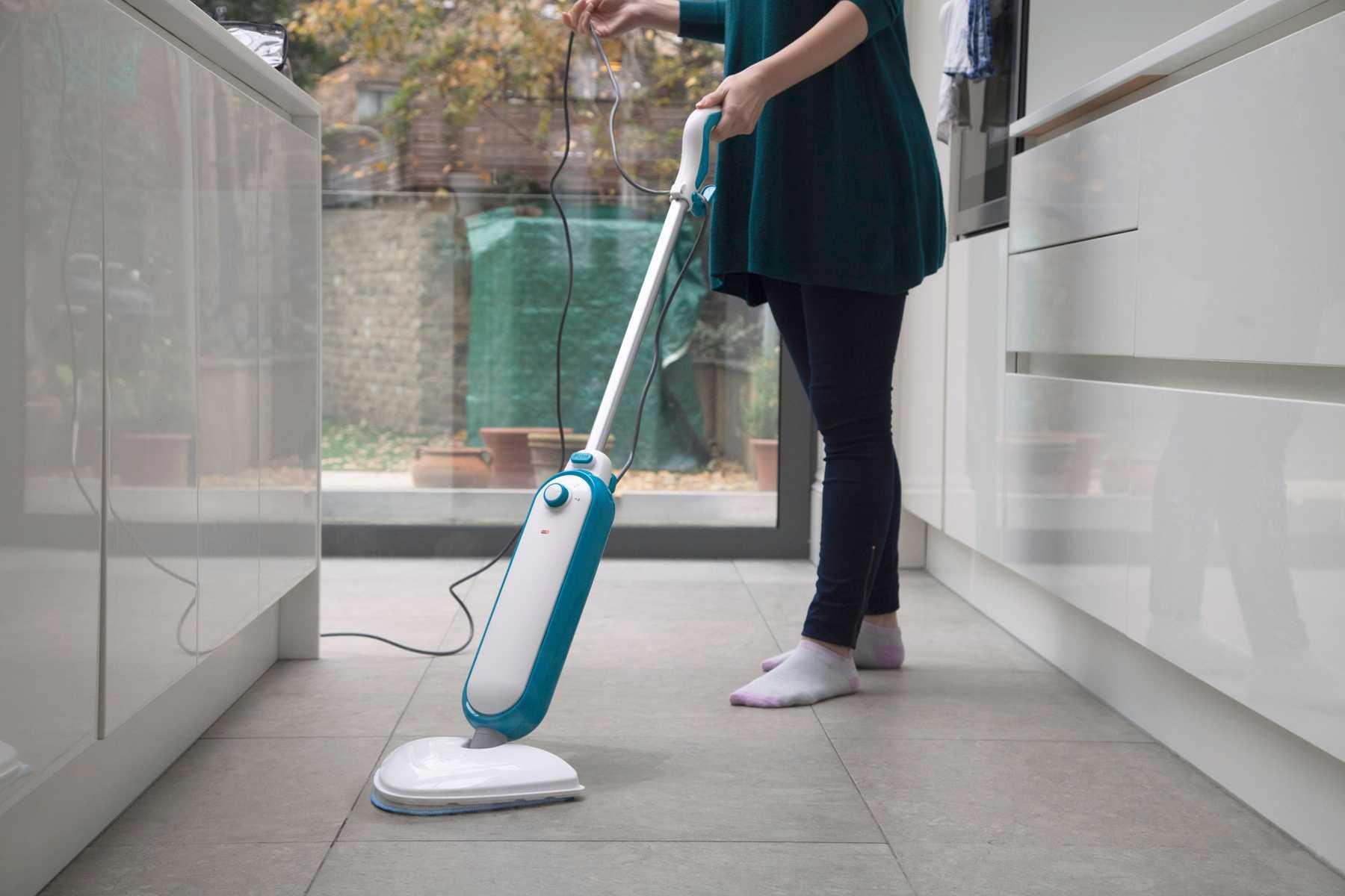 mulher encerando o piso