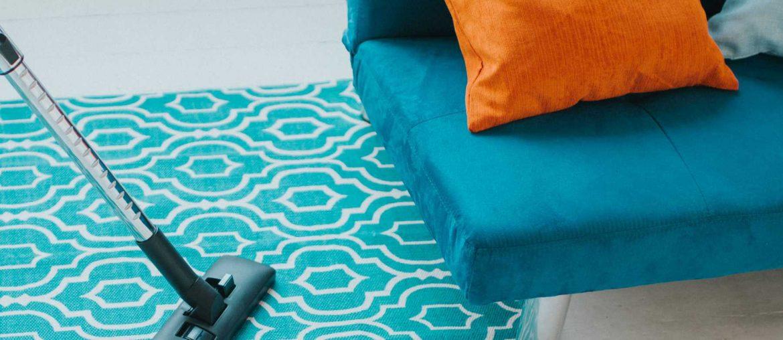 Tarefas Domésticas: passando mop no tapete da sala