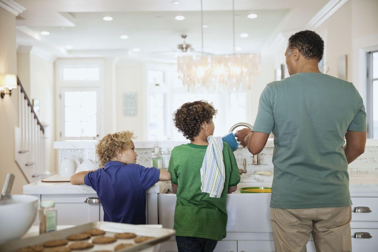 tarefas domésticas: pai e filhos lavando louça