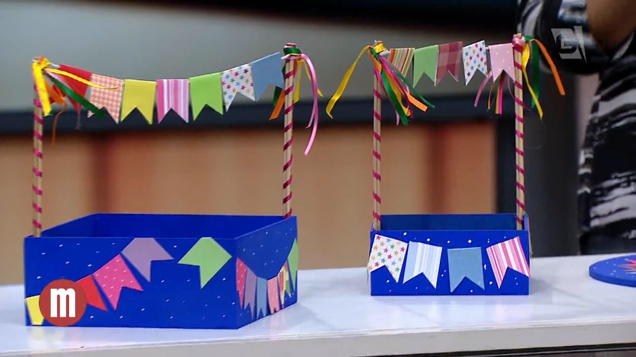 enfeites de festa junina: caxinhas decoradas de bandeirinhas