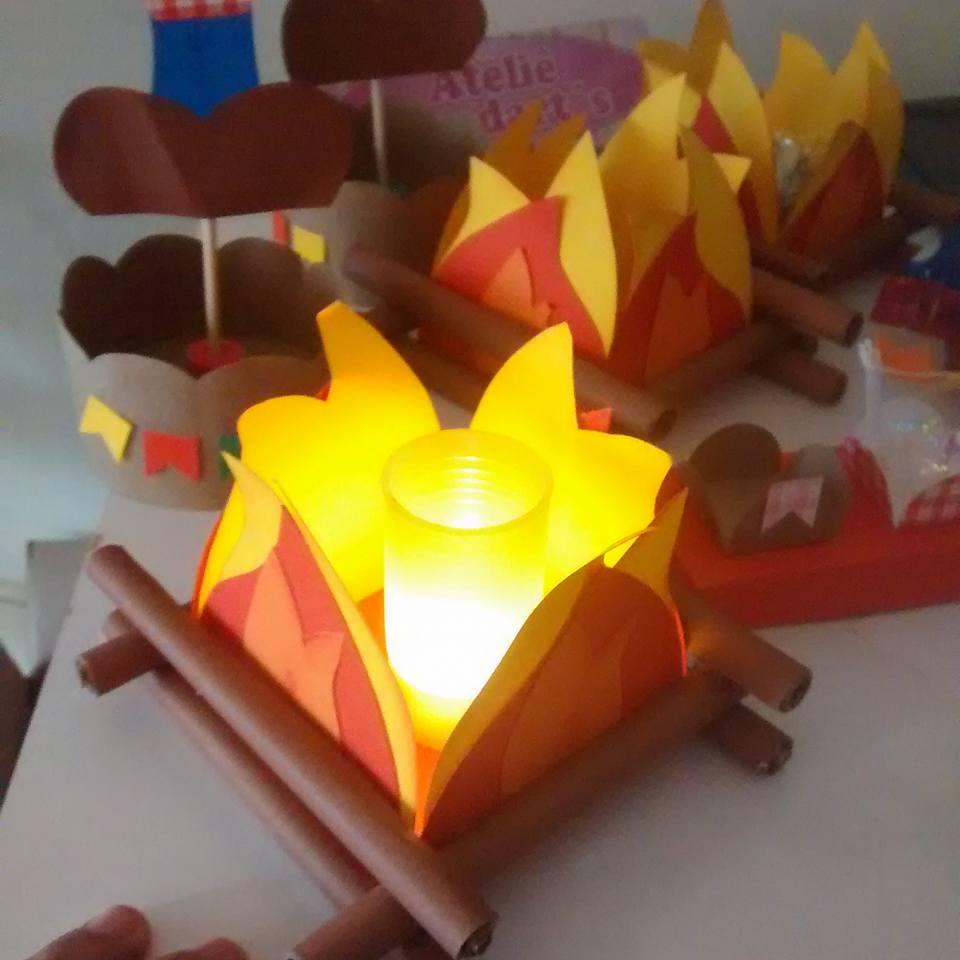 Fogueiras tipo luminárias de mesa como enfeites de festa junina.