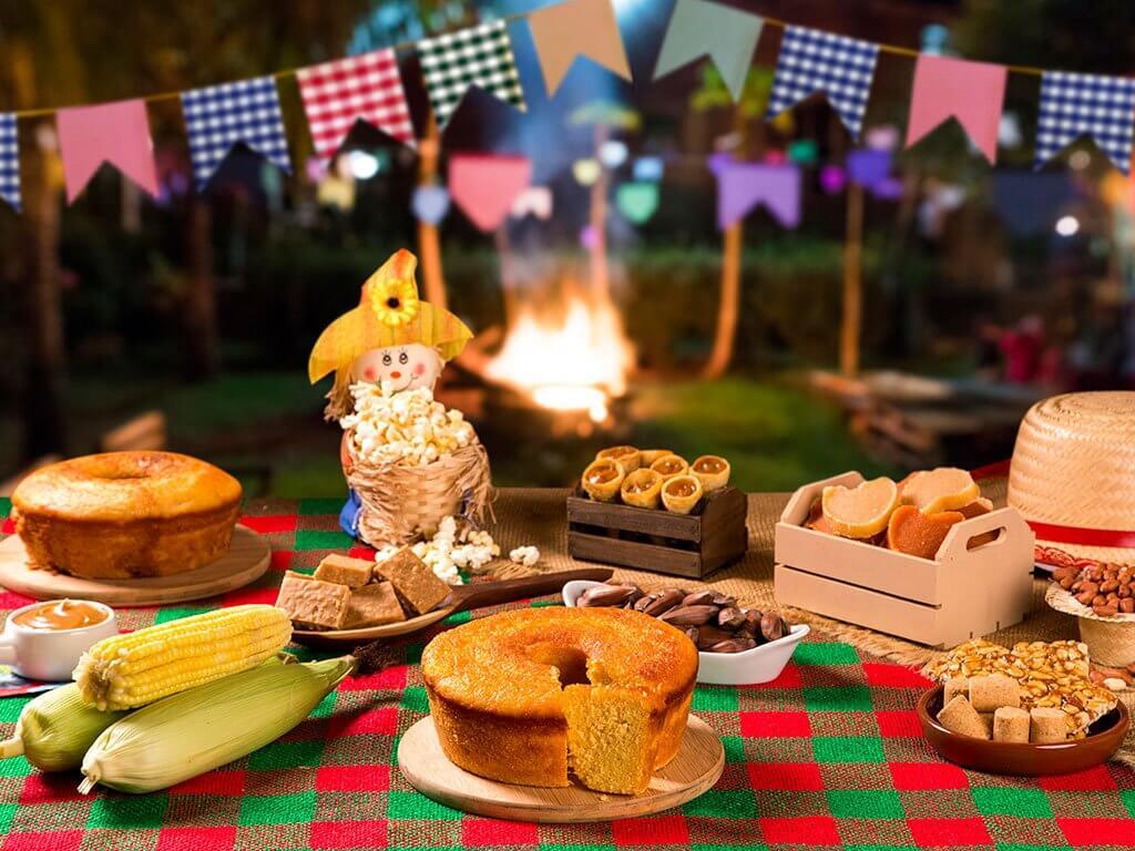 mesa típica decorada com enfeites de festa junina