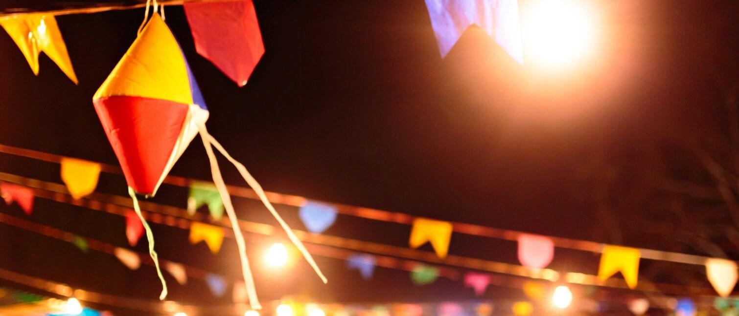 enfeites de festa junina: bandeirinhas e balões