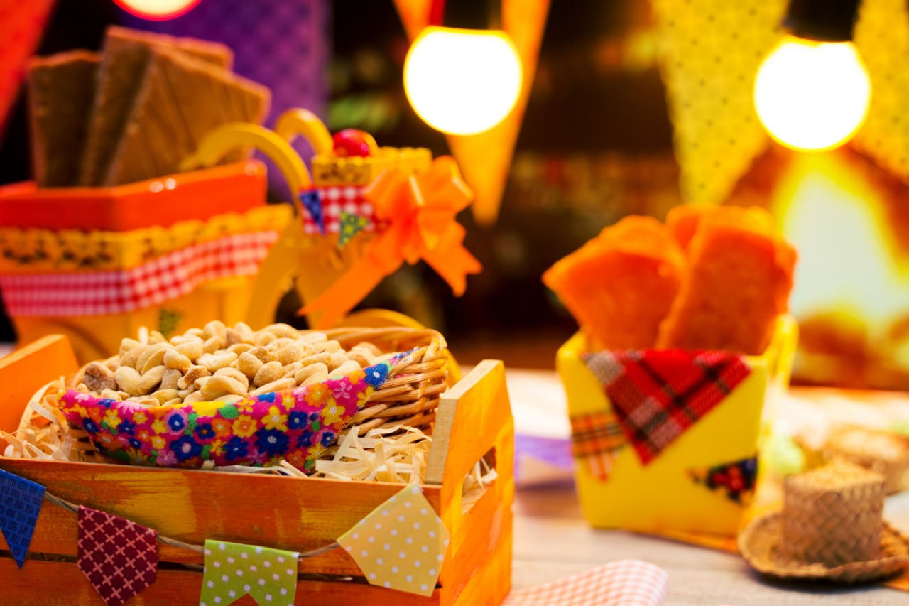 enfeites de festa junina em mesa decorada