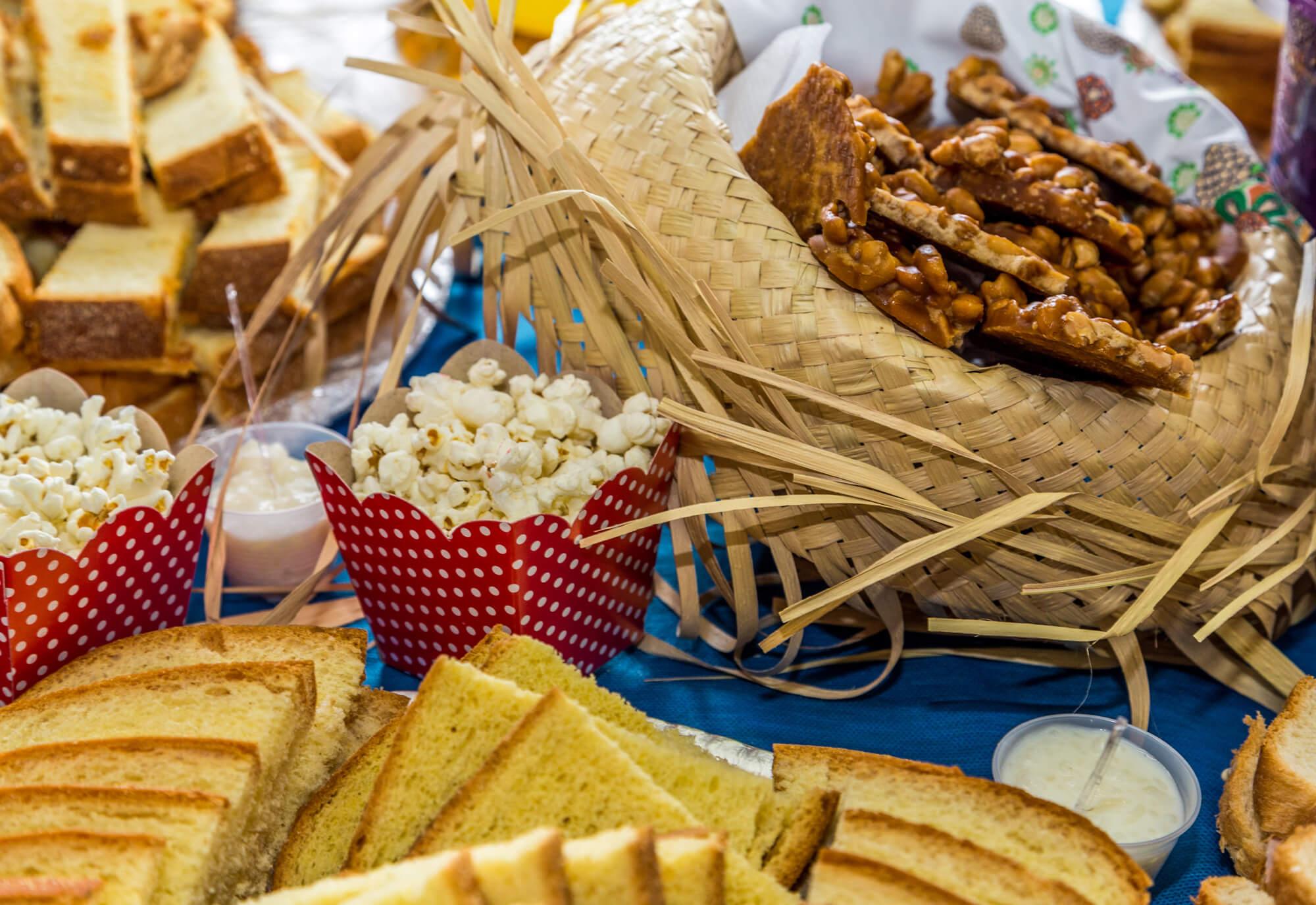 enfeites de festa junina em mesa decorada com comidas típicas