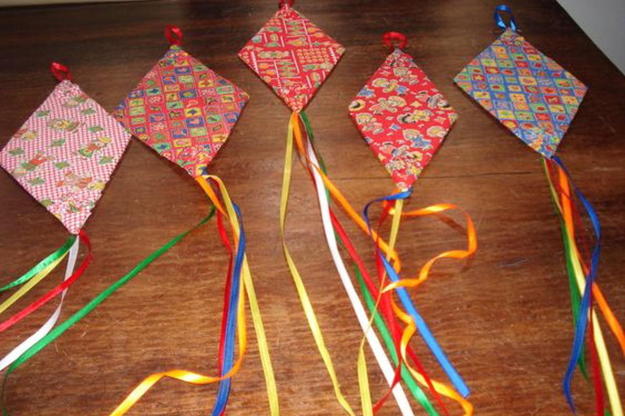 Enfeites de festa junina de balão decorado de tecido