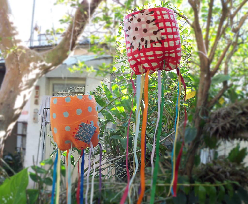 Lanternas de enfeites de festa junina feitos de tecido colorido
