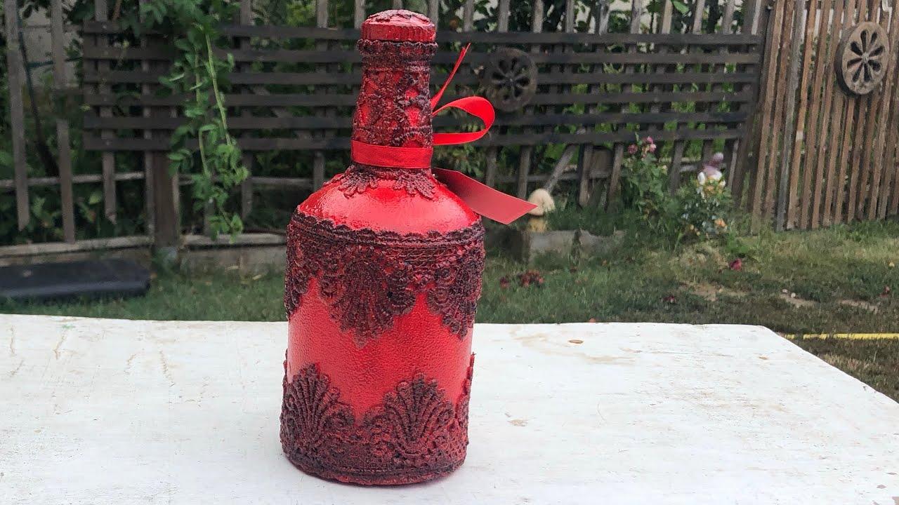 garrafa vermelha decorada com renda preta