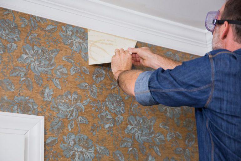 como tirar papel de parede ilustrativa homem arrancando papel
