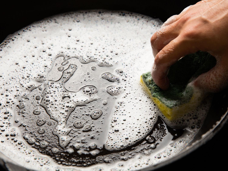 como tirar queimado de panela ferro