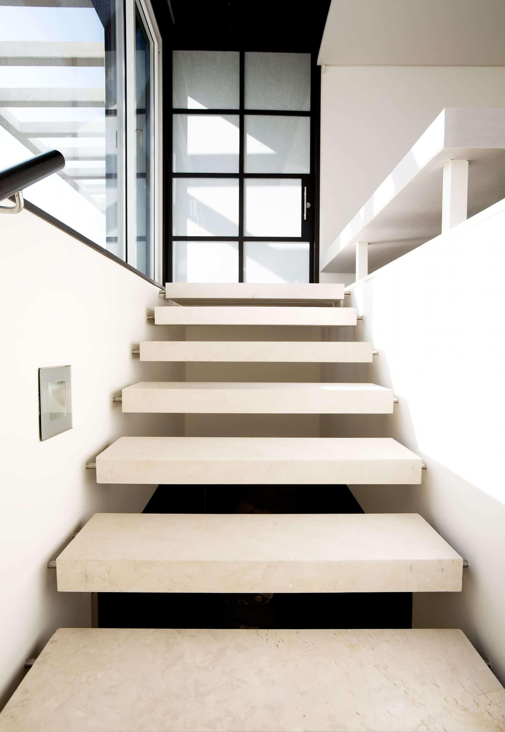 marble crema marfil nas escadas
