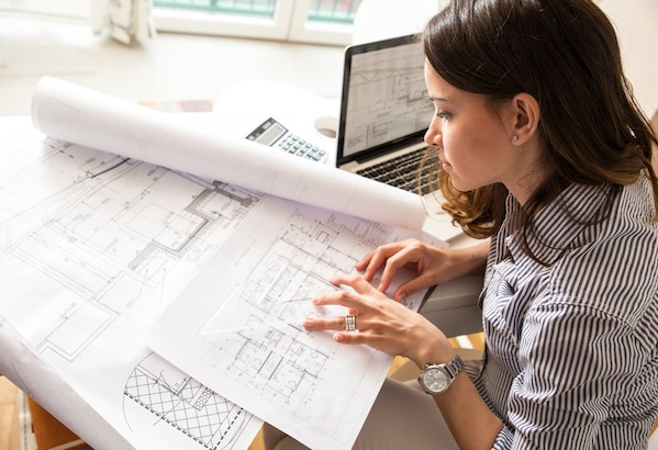 mulher arquiteto projetando