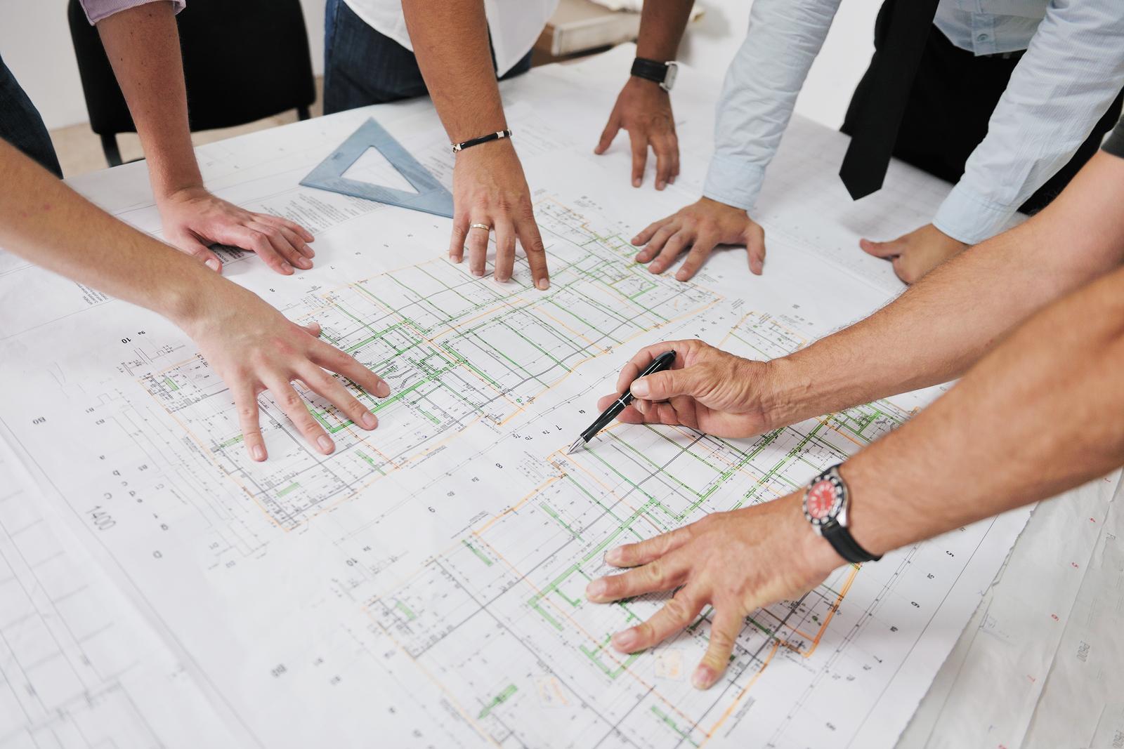 equipe de arquitetos desenhando