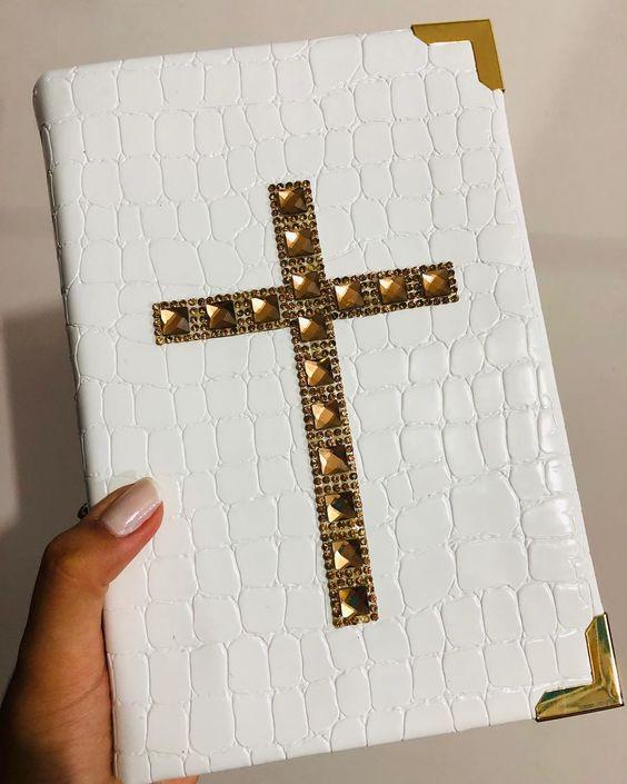 Bíblia com uma cruz no meio