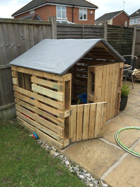 casinha de palete com telhado reforçado