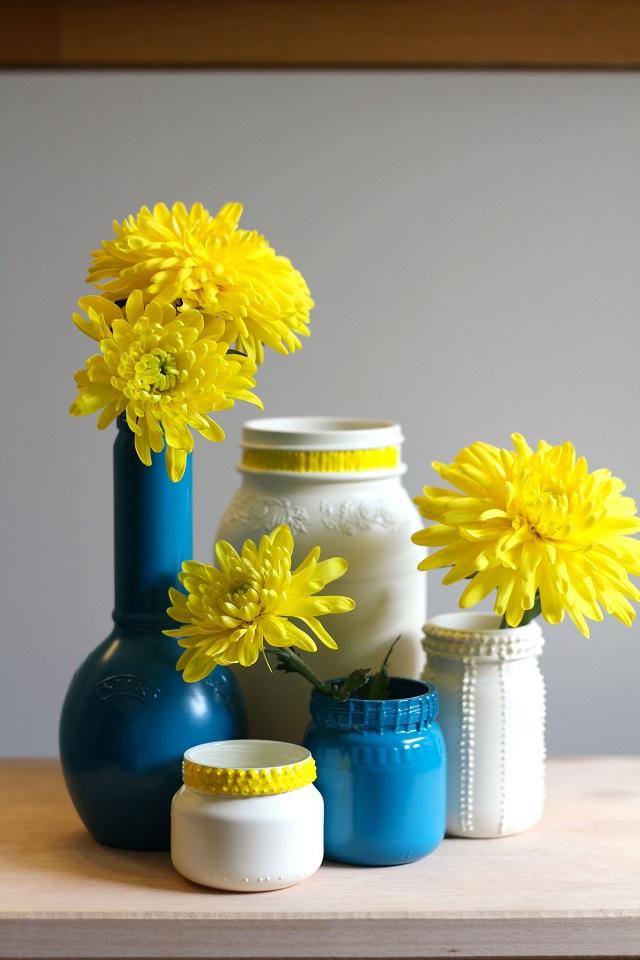 potes de vidro usados como vasos de flores