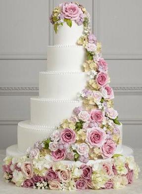 cascata de flores em um bolo
