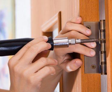 como colocar porta de madeira