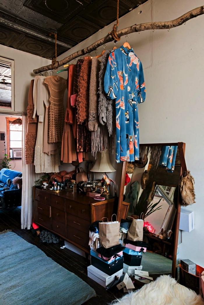 guarda roupa com tronco no teto
