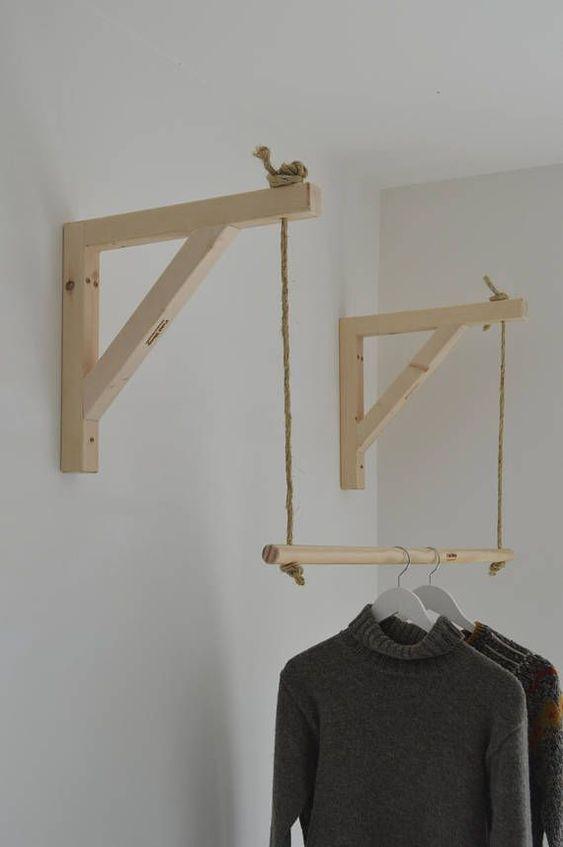 cabide de madeira suspenso por cordas