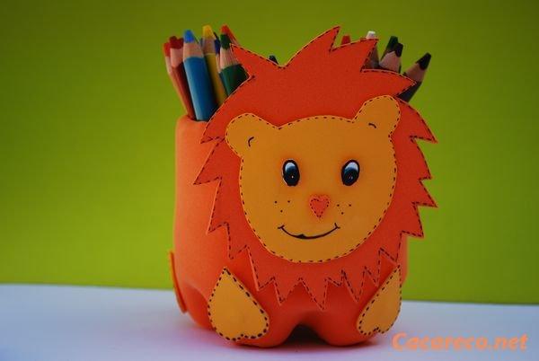 Leão da garrafa pet para guardar lápis