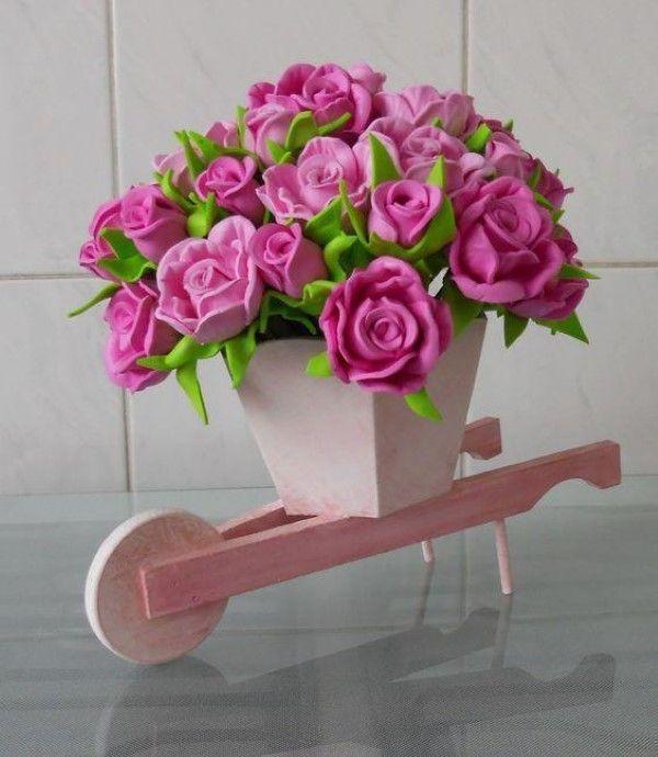 vaso de flor sobre um carrinho de madeira