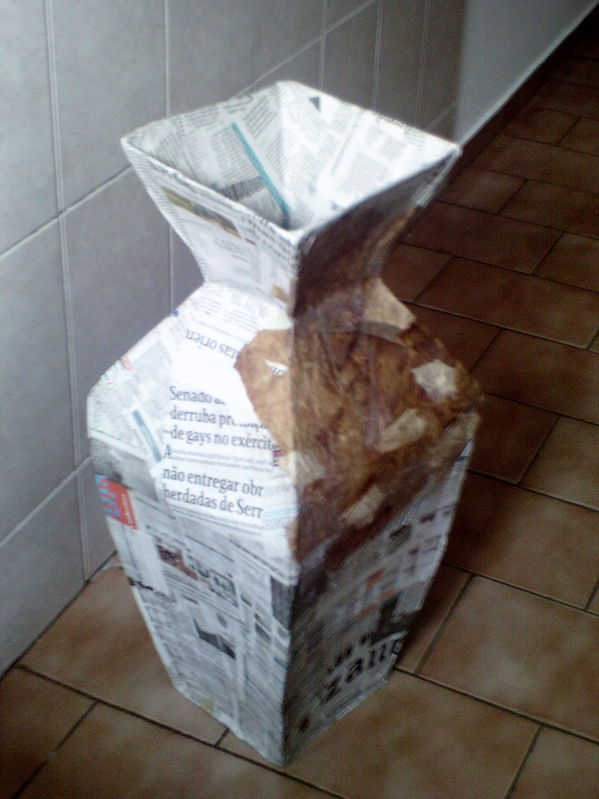 Vaso de papelão com jornal