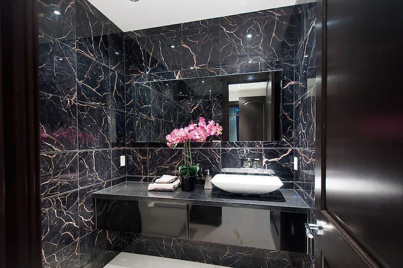 banheiro com vidro fume